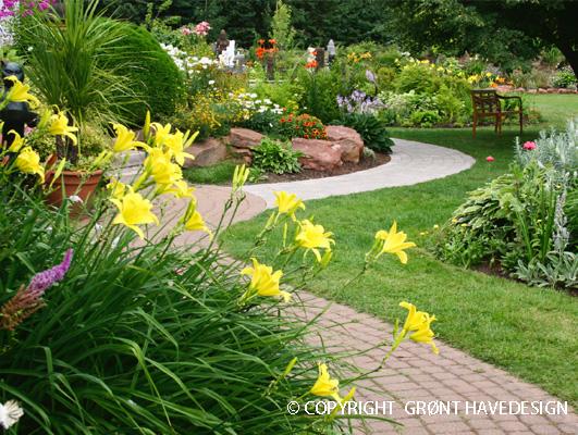 Have med svingende havegange og natursten