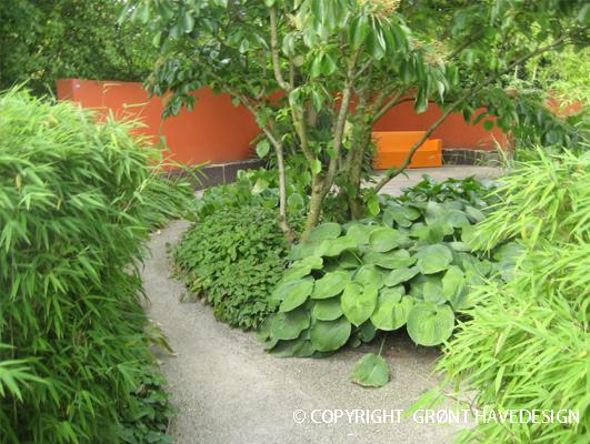En buet havegang som fører dig til eventyr!