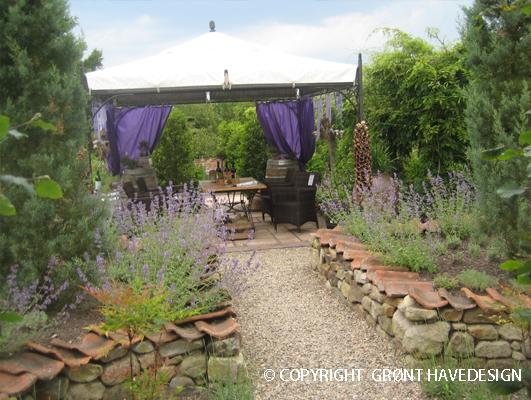 Stemningsfuld haveanlæg med havepavilion