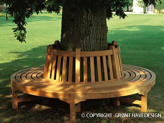 Smuk design af en cirkelformet bænk om havens træ