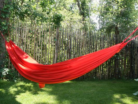 En farverig hængekøje bør tænkes ind sammen med havens træer